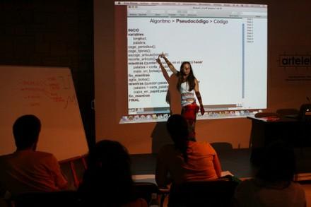 Angela explicando programación a algunos colaboradores - small
