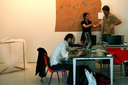 Christian trabajando (Carles y Francesca al fondo)  - small